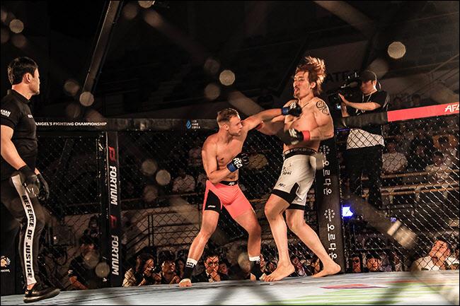 49초 만에 TKO패한 최홍만. ⓒ 엔젤스 파이팅 챔피언십