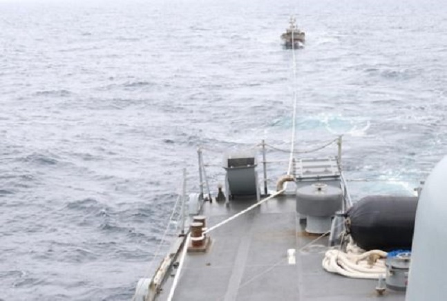 해군이 11일 오후 1시 15분경 동해 속초 동북방 161㎞ 북방한계선(NLL) 이남 5㎞ 지점에서 표류 중이던 북한어선을 구조하고 있다.ⓒ연합뉴스
