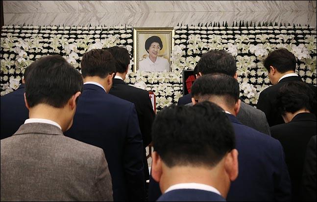지난 11일 고(故) 김대중 전 대통령 부인 이희호 여사의 빈소가 마련된 서울 서대문구 신촌 세브란스병원 장례식장에서 조문객들의 발길이 이어지고 있다. ⓒ데일리안