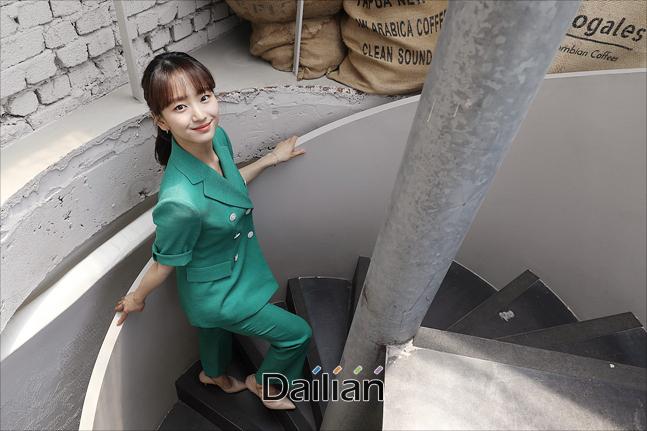 배우 원진아가 12일 서울 종로구 팔판동의 한 카페에서 영화