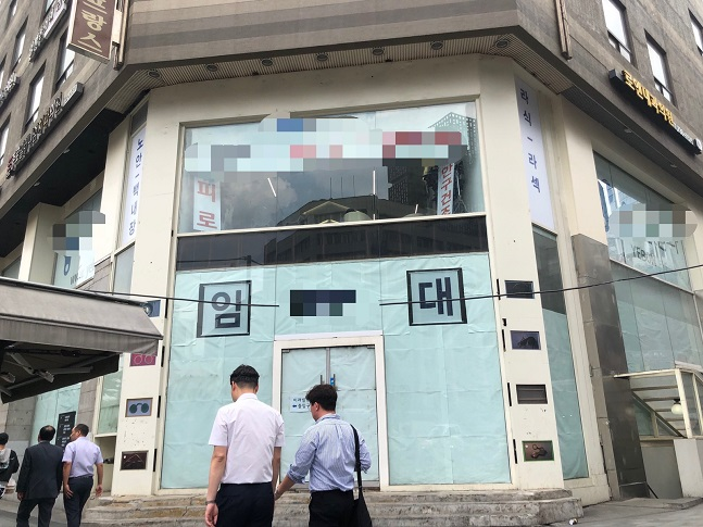종각 젊음의 거리에서 만남의 장소 역할을 했던 대형상가에 임대 광고가 붙어있다. ⓒ이정윤 기자