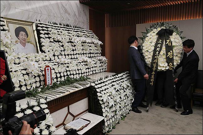 12일 오후 서울 서대문구 연세세브란스병원 장례식장에 마련된 고 이희호 여사의 빈소에 관계자들이 김정은 북한 국무위원장이 보낸 조화를 놓고 있다. ⓒ데일리안