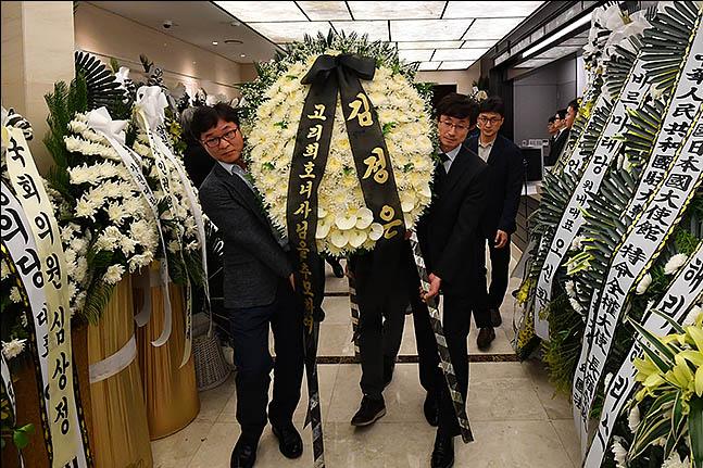 12일 오후 서울 서대문구 신촌세브란스병원 장례식장에서 북측이 보낸 고 이희호 여사의 조화가 빈소로 향하고 있다. 데일리안