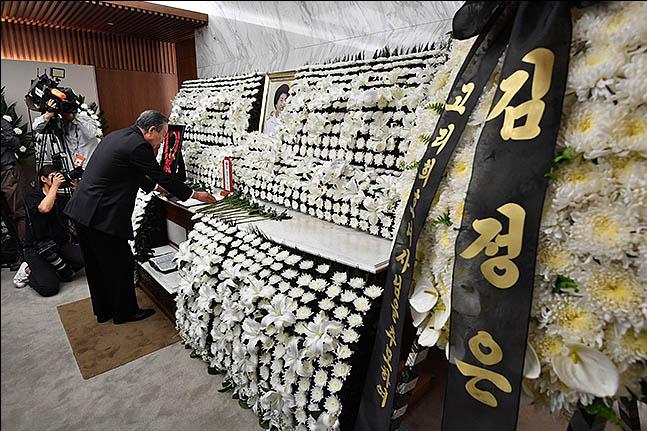 12일 오후 서울 서대문구 연세세브란스병원 장례식장에 마련된 고 이희호 여사의 빈소에 김정은 북한 국무위원장이 보낸 조화가 놓여 있다. ⓒ데일리안