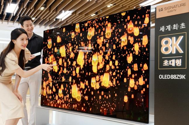 LG전자 모델들이 서울 강남구 도산대로에 위치한 LG베스트샵 강남본점 매장에서 세계 최초 88인치 8K 올레드(OLED) TV