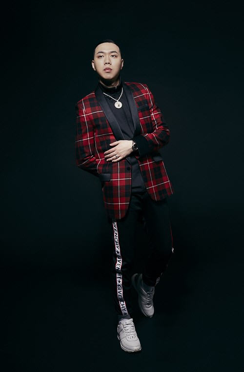 "YG엔터테인먼트 소속 그룹 아이콘의 멤버 비아이가 마약 투약 의혹을 받고 그룹을 탈퇴한 가운데 비아이와 이름이 유사한 비와이가 ""마약은 본 적도 없다""고 해명했다.ⓒ데자부그룹"