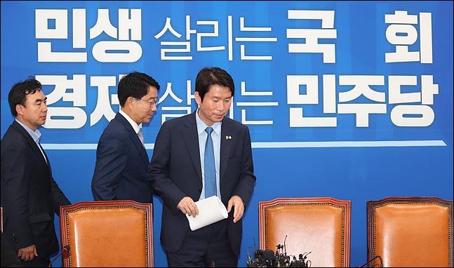 이인영 더불어민주당 원내대표와 조정식 정책위의장이 13일 오전 국회에서 열린 정책조정회의에 참석하고 있다. ⓒ데일리안 박항구 기자