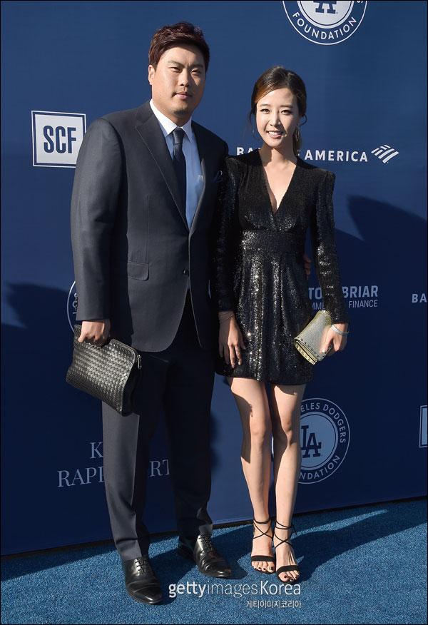 류현진-배지현 부부가 LA 다저스 파운데이션이 주관하는 공식 팀 자선행사인 '블루 다이아몬드 갈라'에 참석해 포즈를 취하고 있다. ⓒ 게티이미지