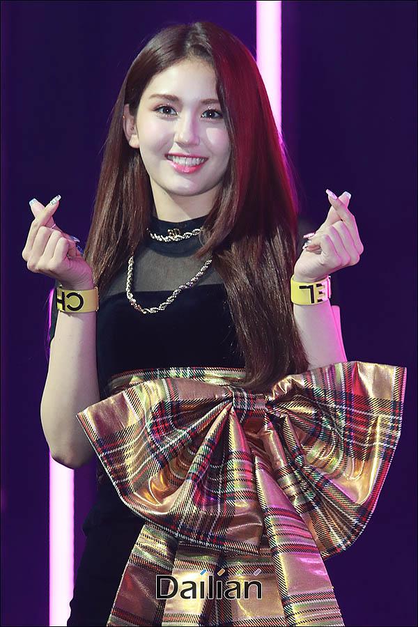 가수 전소미가 13일 오후 서울 마포구 메세나폴리스 FAN(판)스퀘어에서 열린 데뷔 싱글