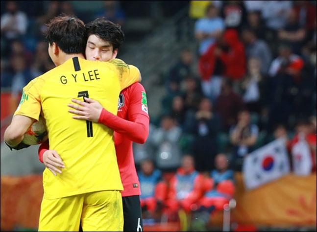 세네갈과의 승부차기 때 한국 첫 번째 키커 김정민이 실패하자 골키퍼 이광연이 포옹하며 다독이고 있다. ⓒ 연합뉴스