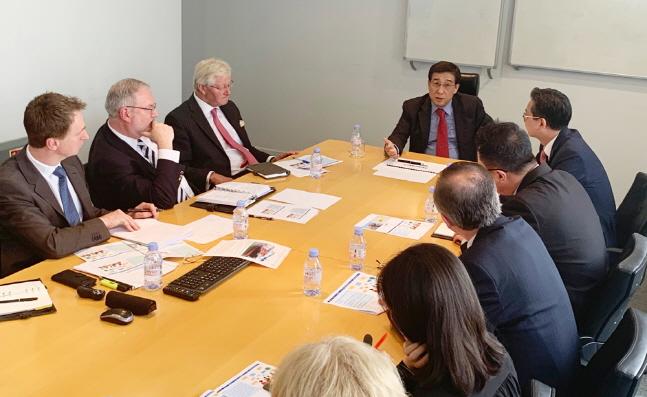 배재훈 현대상선 사장(가운데)이 지난 4월 런던에 위치한 현대상선 구주본부를 방문해 현지 직원들을 격려하고, 영업 전략에 대한 다양한 의견을 나누고 있다.ⓒ현대상선