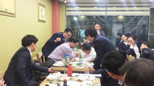 배재훈 현대상선 사장(가운데 왼쪽)이 지난 4월 부산지사 직원들과 저녁 식사를 하던 중 팔씨름을 하고 있다.ⓒ현대상선