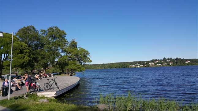스웨덴의 호수에서 텐트를 치거나 일광욕을 하는 사람 중 사용료를 내는 경우는 없다. 그 땅이 개인의 소유라도 누구나 무료로 즐길 수 있는 것이다. (사진 = 이석원)
