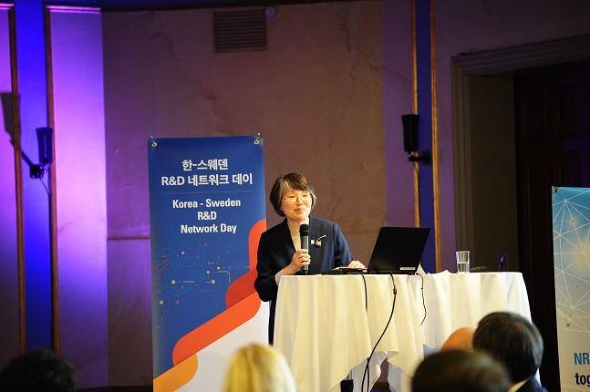 이공주 과학기술보좌관이 14일(현지시간) 스웨덴 스톡홀름에서 개최된 '한-스웨덴 과학기술·혁신 포럼'에서 양국의 과학기술 연구성과를 축하하며 과학기술인들을 격려하고 있다.ⓒ과학기술정보통신부