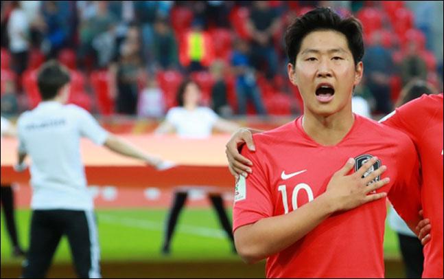 [U-20 월드컵 결승전] 애국가부터 우렁차게 부르는 한국의 이강인은 같은 숙소에 있는 우크라이나 선수들과 눈이 마주쳐도 피하지 않는다. ⓒ 연합뉴스