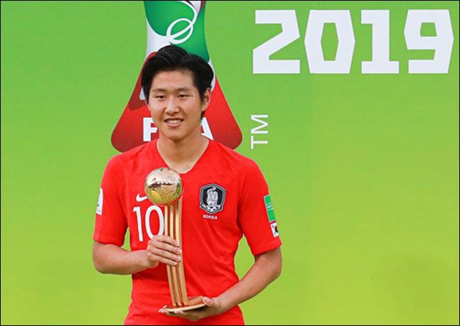 15일 오후(현지시각) 폴란드 우치 경기장에서 열린 2019 국제축구연맹(FIFA) 20세 이하(U-20) 월드컵 결승 뒤 열린 시상식에서 대회 최우수 선수에 선정된 한국의 이강인 골든볼 트로피를 들고 활짝 웃고 있다. ⓒ 연합뉴스