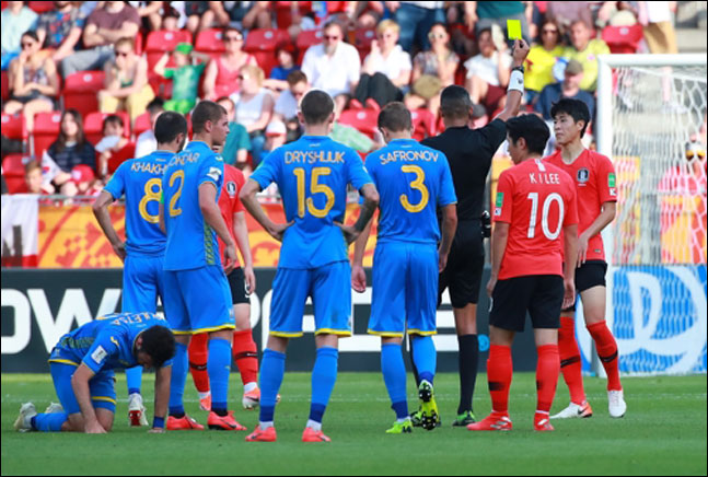 15일 오후(현지시각) 폴란드 우치 경기장에서 열릴 2019 국제축구연맹(FIFA) 20세 이하(U-20) 월드컵 결승에서 한국의 김현우가 실점의 빌미가 된 파울을 한 뒤 경고를 받고 있다. ⓒ 연합뉴스