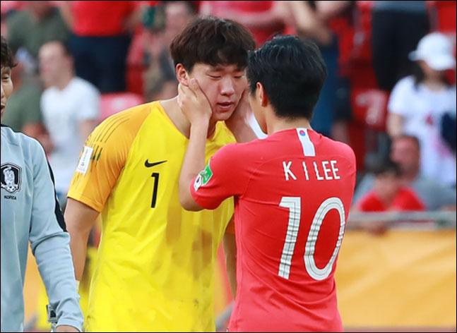 골키퍼 이광연 위로하는 이강인. ⓒ 연합뉴스