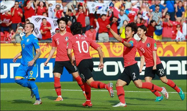 15일 오후(현지시각) 폴란드 우치 경기장에서 열릴 2019 국제축구연맹(FIFA) 20세 이하(U-20) 월드컵 결승에서 이강인이 전반 패널티 킥을 성공한 뒤 동료들과 기쁨을 나누고 있다. ⓒ 연합뉴스