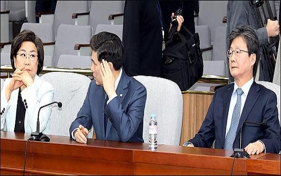 바른미래당 유승민, 지상욱, 이혜훈 의원이 8일 오후 국회에서 김관영 원내대표의 사퇴를 요구하는 의원 15명의 소집요구로 열린 바른미래당 의원총회에서 굳은 표정을 하고 있다.(자료사진) ⓒ데일리안 박항구 기자