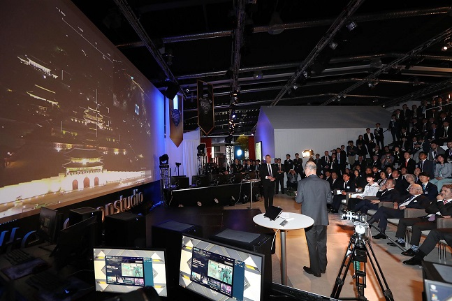 오성목 KT 네트워크부문장(사장)과 호칸 셀벨 에릭슨엘지 최고경영자(CEO)가 지난 14일(한국시간) 스웨덴 스톡홀름 에릭슨 시스타(Kista) 연구소에서 진행된 시연 행사에서 광화문 상공에 떠있는 스카이십의 카메라를 조종하며 화면에 보이는 광화문의 모습을 설명하고 있다.ⓒKT