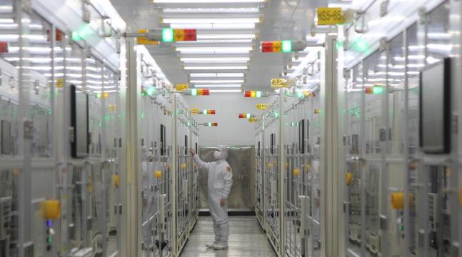 삼성전기 직원이 부산시 강서구 녹산산업단지에 위치한 부산사업장 내 클린룸에서 공정을 살펴보고 있다.ⓒ삼성전기