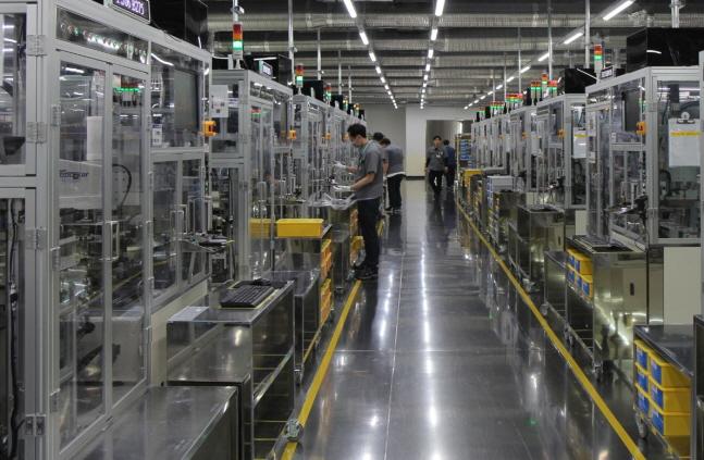 삼성전기 한 직원이 부산시 강서구 녹산산업단지 내 부산사업장에서 MLCC 생산설비를 살펴보고 있다.ⓒ삼성전기