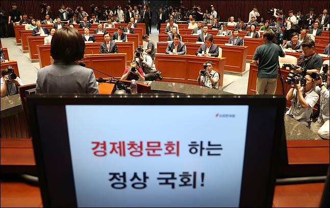 17일 오전 국회에서 황교안 자유한국당 대표와 나경원 원내대표를 비롯한 의원들이 참석한 가운데 의원총회가 진행되고 있다. ⓒ데일리안 박항구 기자