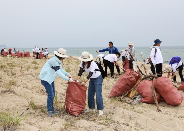 Sh수협은행 임직원들이 15일 강원도 양양군 하조대 해수욕장과 중광정리 해수욕장 일대에서 해안 정화 활동을 펼쳤다.ⓒSh수협은행