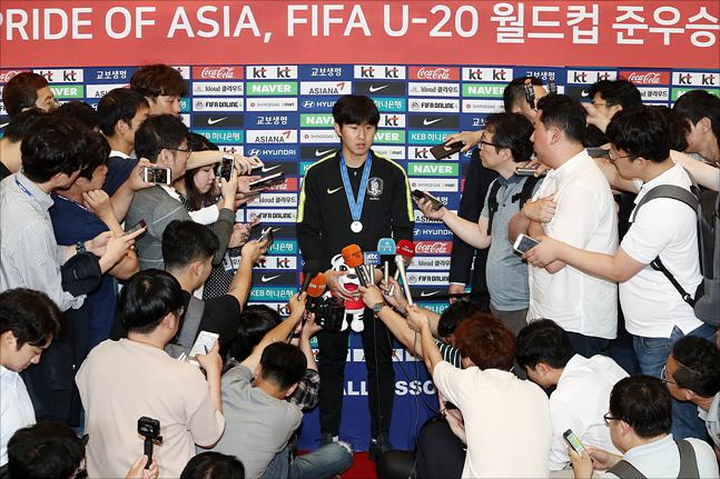2019 FIFA U-20 월드컵에서 준우승을 달성한 대한민국 U-20 남자축구 국가대표팀 이강인 선수가 17일 오전 인천공항을 통해 귀국하며 취재진과 인터뷰를 하고 있다. ⓒ데일리안 홍금표 기자