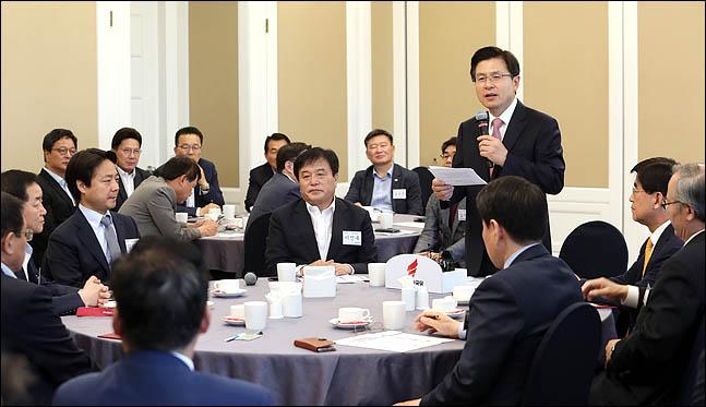 황교안 자유한국당 대표가 17일 국회 귀빈식당에서 열린 특보단 임명장 수여식 및 회의에서 발언을 하고 있다. ⓒ데일리안 박항구 기자
