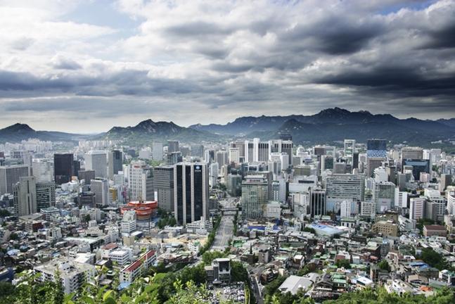 정부의 분양가 통제로 제동이 걸릴 것이라고 전망됐던 서울 재개발 재건축이 우려와 달리 천천히 제갈길을 가고 있다. 사진은 단독주택과 다가구 주택이 빼곡하게 자리잡은 서울 전경.(자료사진). ⓒ게티이미지뱅크