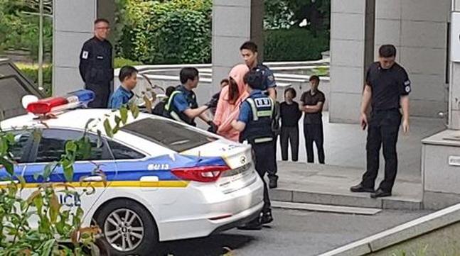 지난 14일 오후 1시께 숙명여대 캠퍼스에 여장을 한 남성이 들어갔다가 학생의 신고로 발각돼 경찰에 붙잡혔다.ⓒ연합뉴스