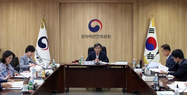 엄재식 원자력안전위원회 위원장이 지난달 31일 열린 제102회 원자력안전위원회 회의에서 위원들과 안건에 대해 논의하고 있다.ⓒ원자력안전위원회