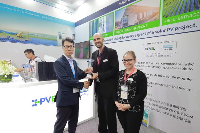 이승윤 한화큐셀 글로벌 제품관리 팀장(왼쪽)이 PVEL 관계자에게 '탑 퍼포머'를 수상하고 있다.ⓒ한화큐셀