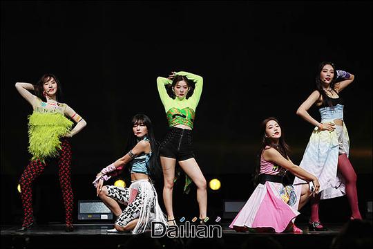 19일 오후 서울 용산구 블루스퀘어 아이마켓홀에서 열린 레드벨벳 새 미니앨범
