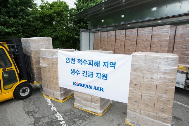 대한항공은 19일 인천시 서구지역 수돗물 음용 불가 판정 피해 학교에 생수 1000박스를 긴급 지원했다.ⓒ대한항공