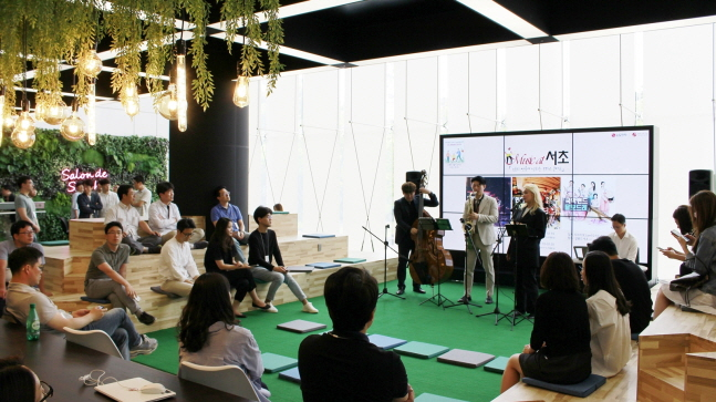 LG전자가 서울 양재동 서초R&D캠퍼스 1층에 마련한 '살롱 드 서초(Salon de Seocho)'에서 재즈공연을 하고 있다.ⓒLG전자