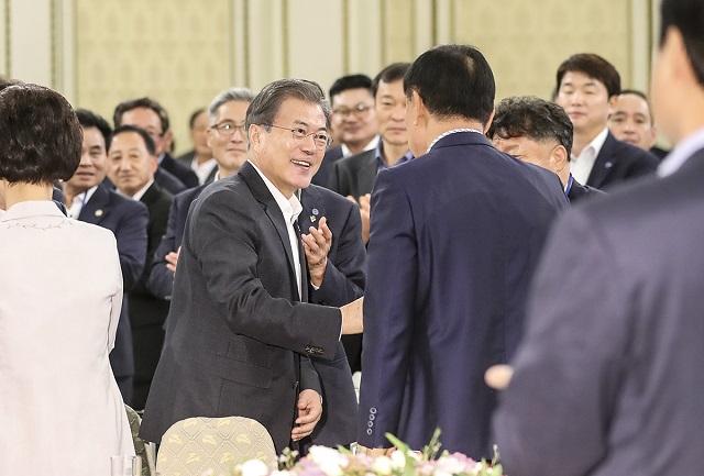 문재인 대통령이 21일 청와대에서 오찬에 참석한 한국자유총연맹 임원들과 인사하고 있다.ⓒ청와대