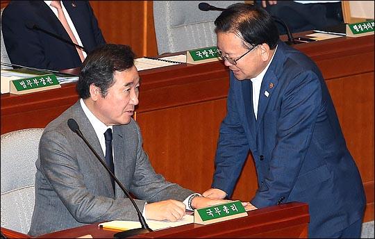 이낙연 국무총리와 김부겸 더불어민주당 의원이 대화를 나누고 있다(자료사진). ⓒ데일리안 박항구 기자