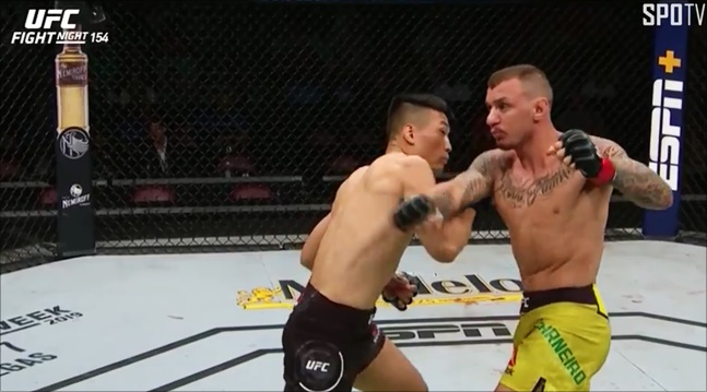 [UFC] 정찬성이 모이카노 안면에 오른손 스트레이트 카운터펀치를 꽂았다. SPOTV NOW 중계화면 캡처