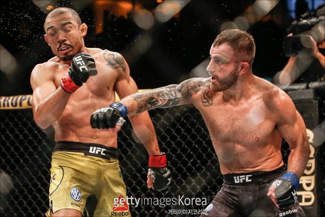 UFC 페더급 전설 알도(왼쪽)를 꺾고 랭킹 1위로 올라선 볼카노프스키. ⓒ 게티이미지
