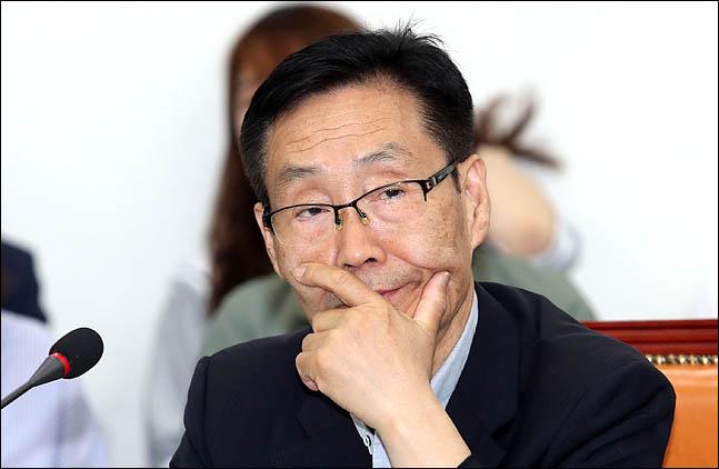 주대환 바른미래당 혁신위원장 내정자가 24일 오전 국회에서 열린 바른미래당 최고위원회의에서 얼굴을 만지고 있다. ⓒ데일리안 박항구 기자