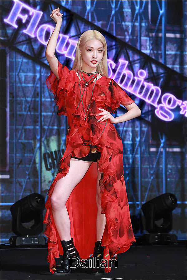 가수 청하가 24일 오후 서울 마포구 서강대학교 메리홀에서 열린 네 번째 미니앨범 '플러리싱(Flourishing)