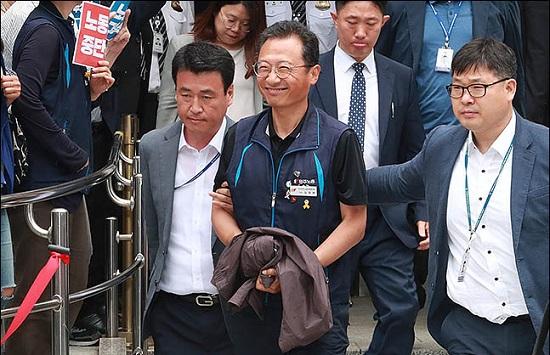 국회 앞 시위중 불법행위를 주도한 혐의를 받고 있는 김명환 민주노총 위원장이 21일 오후 서울 양천구 서울남부지방법원에서 열리는 영장실질심사를 마친 후 법원을 나서며 웃음짓고 있다. ⓒ데일리안 류영주 기자