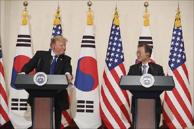 문재인 대통령이 도널드 트럼프 미국 대통령과 2017년 11월 7일 청와대에서 공동기자회견을 하고 있다. ⓒ청와대