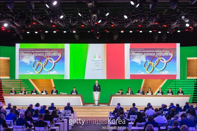 """국제올림픽위원회(IOC)는 24일(현지시각) 스위스 로잔서 열린 총회에서 """"이탈리아 밀라노·코르티나 담페초(47표)가 스웨덴 스톡홀름·오레(34표)를 누르고 2026 동계올림픽 개최지로 선정됐다""""고 공식 발표했다. ⓒ 게티이미지"""