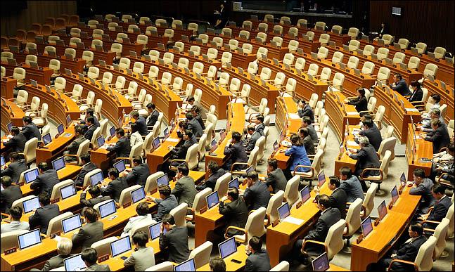 지난 24일 오후 열린 국회 본회의에서 이낙연 국무총리가 추가경정예산안에 대한 시정연설을 하고 있는 가운데 불참한 자유한국당 의원석이 텅 비어 있다. ⓒ데일리안 박항구 기자