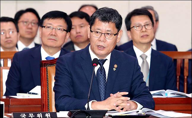 김연철 통일부 장관이 25일 국회에서 열린 국회 외교통일위원회 전체회의에서 의원들의 질의에 답변하고 있다. ⓒ데일리안 박항구 기자