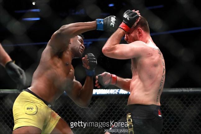 [UFC] 스티페 미오치치도 1라운드에서 펀치를 교환하다 은가누 파워를 체감하고 뒤로 물러서며 레슬링을 시도했을 정도다.  ⓒ 게티이미지